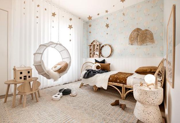 La iluminación más adecuada para el dormitorio infantil es la luz natural y las luces cálidas artificiales.